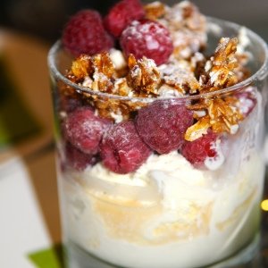 Cranachan style ice cream sundae © www.inspiredcompany.com© www.ice-cream-magazine.com