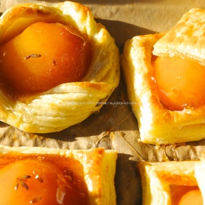 peaches in fragrant rose syrup tuille .5 © www.ice-cream-magazine.com