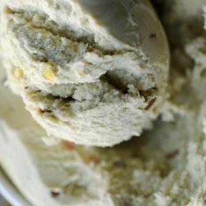 Saffron meringues, pistachio ice cream, rose syrup & sweet dukkah © www.ice-cream-magazine.com
